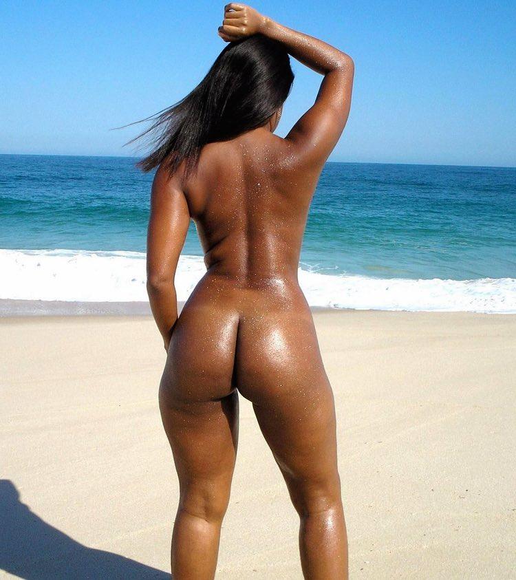Jeune salope gwada nue sur la plage